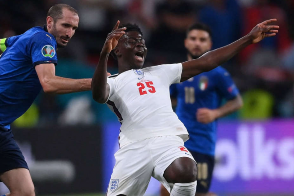 Chiellini to pull Saka's neckline as proof of Italy's defense